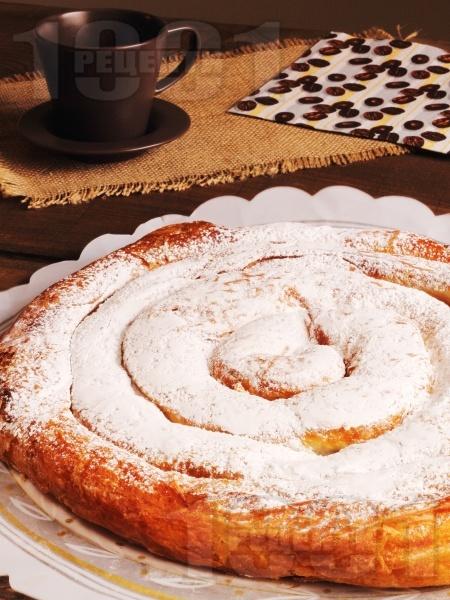 Сладка вита ябълкова баница с локум, орехи и пудра захар - снимка на рецептата